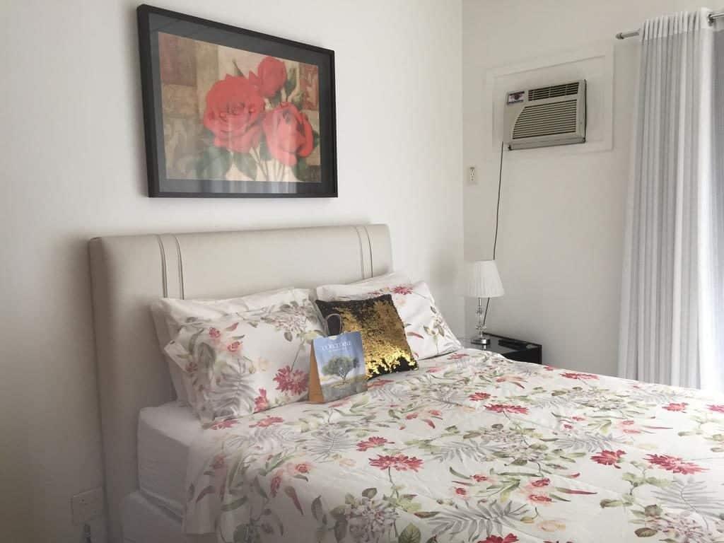 Cama de casal no Apartamento Charme e Comforto - Pousadas em Angra dos REis
