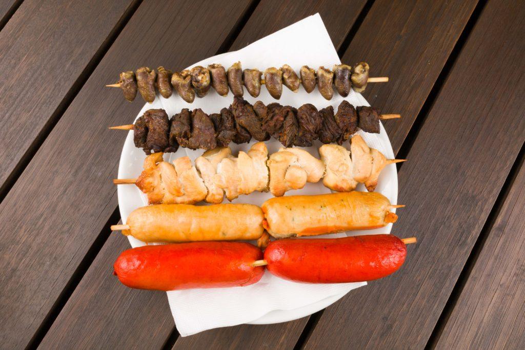 Prato com espetinhos de carne de vaca, de frango, e salsichas típicas alemãs. Foto do site oficial do local.