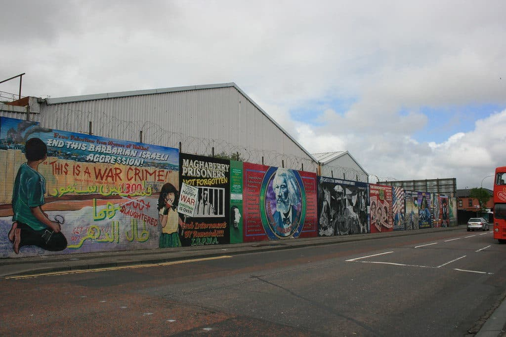Vista do muro de Belfast na Falls Road. Foto de Supermac1961 via Flickr.