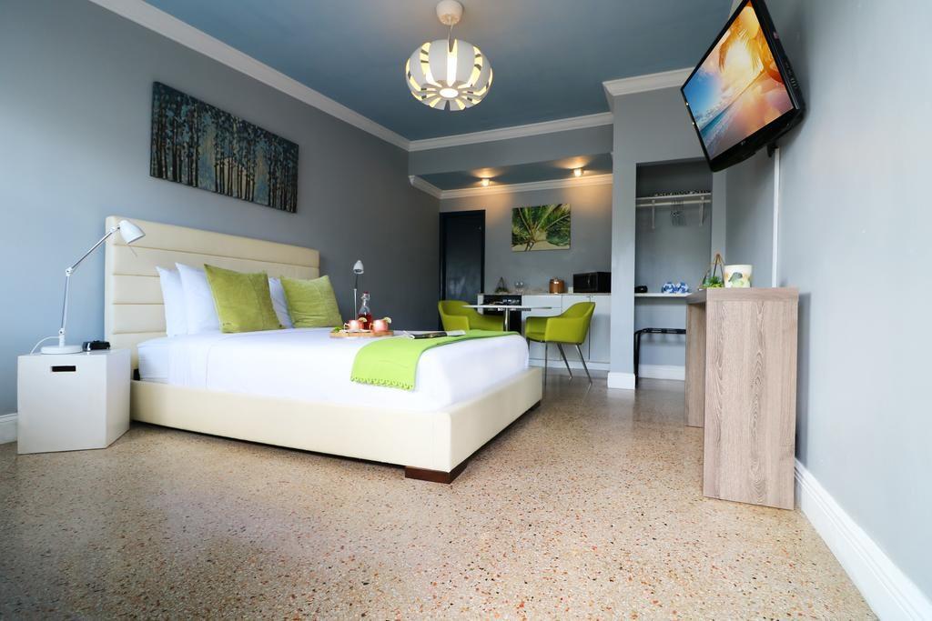 Viajando pelo barato pelo mundo - onde ficar em Fort Lauderdale - Hollywood Beach - quarto de casal branco com detalhes em verde limão