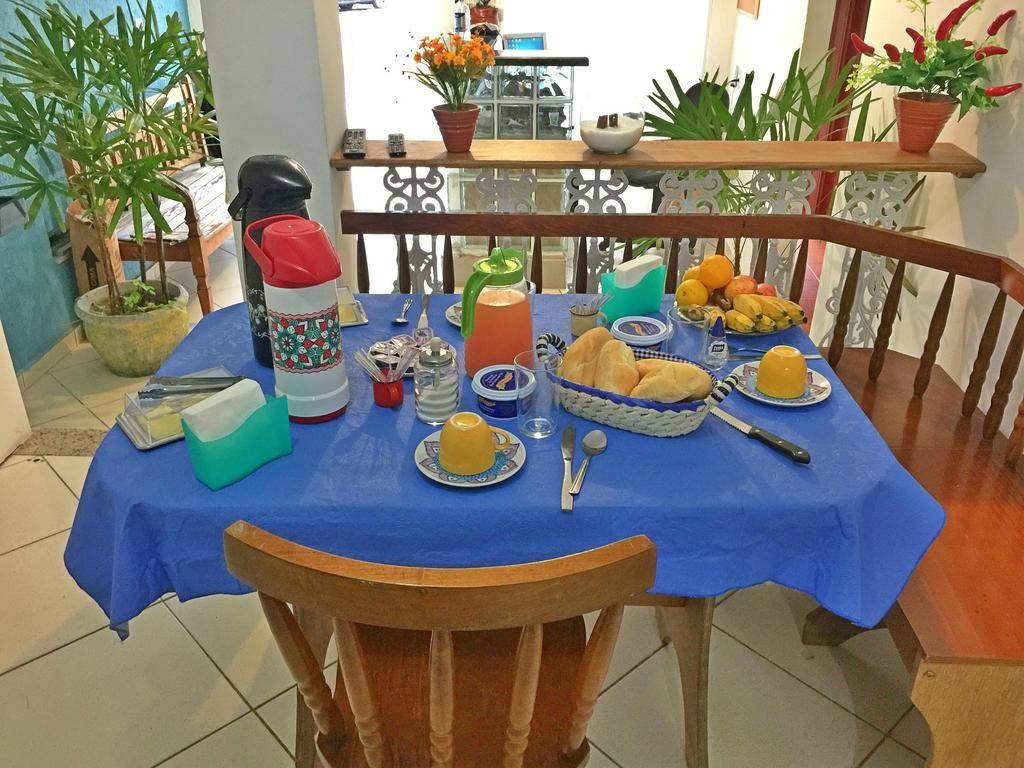 Mesa de café da manha no Hostel 365 - Pousadas em Angra dos Reis