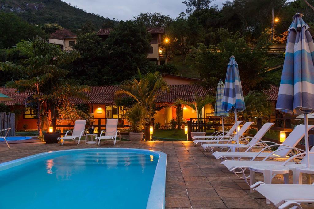 Piscina a noite no Hotel Bavaria