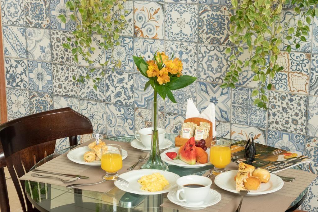 Pousadas em Petropolis - Mesa de cafe com azulejos antigos no Hotel Grão Pará