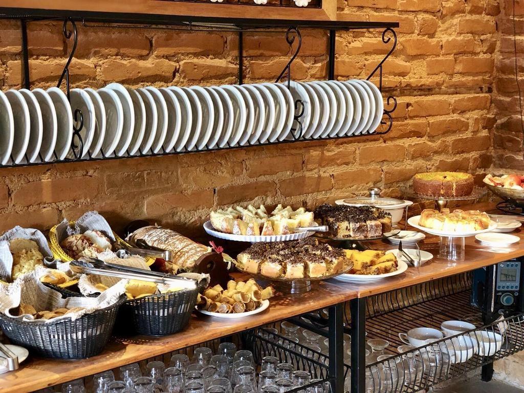 Detalhes do cafe da mesa do cafe da manha no Hotel Ace Suites Inn