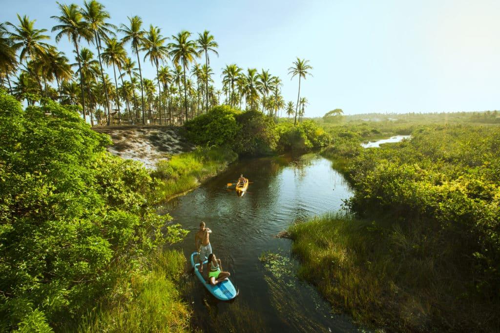 Um passeio de SUP ou caiaque com a família no Rio Imbassaí é uma ótima pedida!