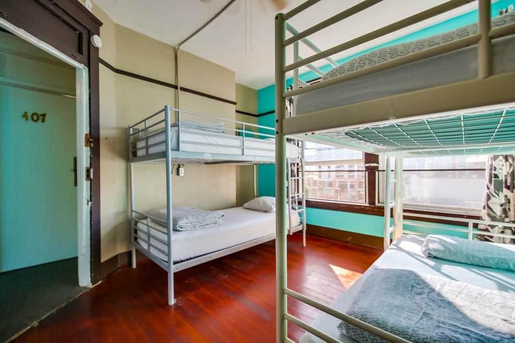 Quarto verde com 4 beliches no Hostel Lucky em San Diego quando for viajar barato pelo mundo