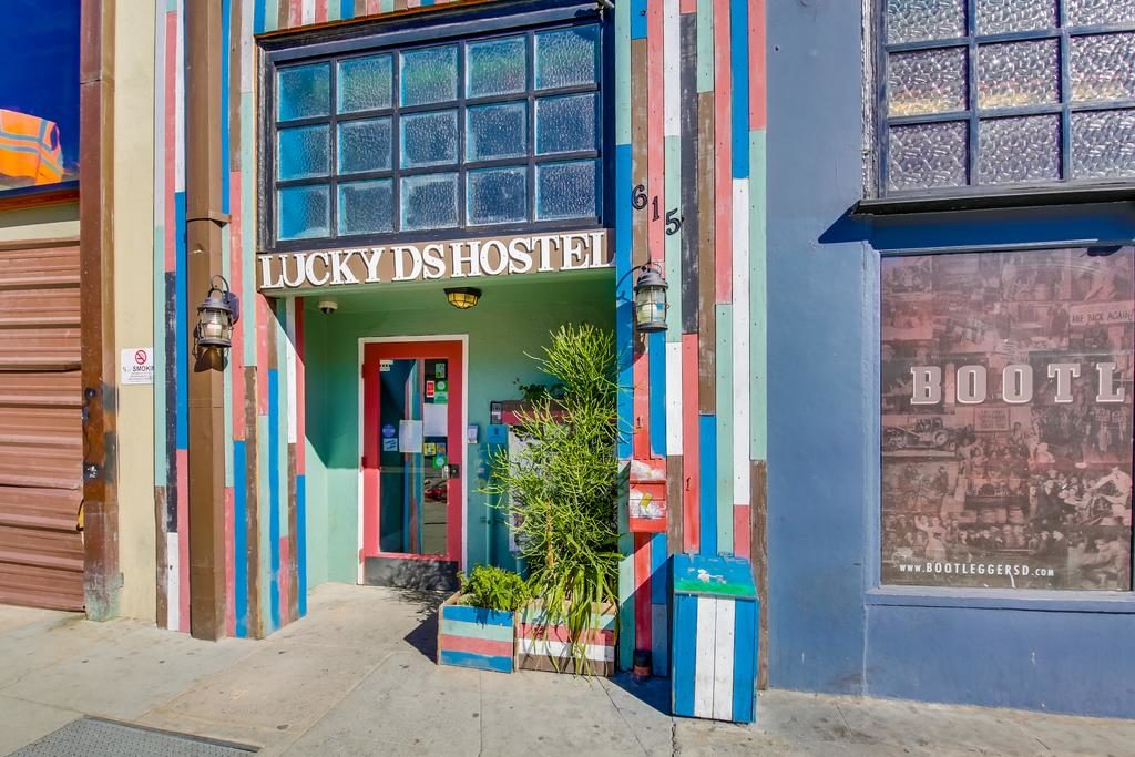 Faixada colorida do Lucky Hostel em San Diego - viajando barato pelo mundo