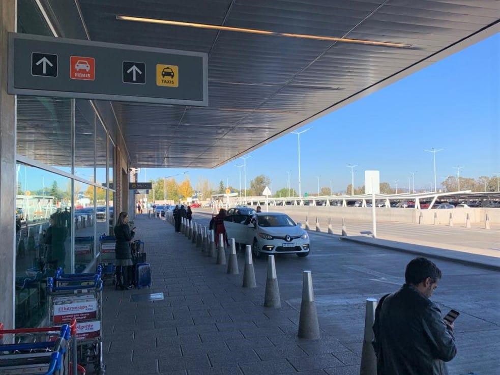 Na foto vemos uma placa indicativa do ponto de táxi e de remis do aeroporto de Mendoza.
