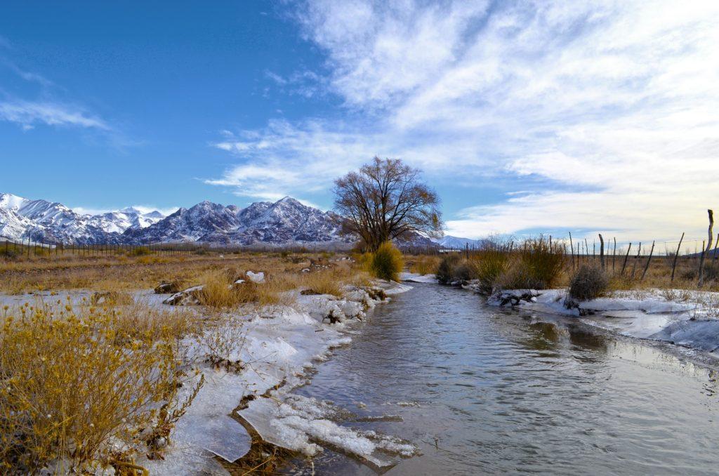 Vista de paisagem do vilarejo de Uspallata, com a Cordilheira dos Andes ao fundo. Foto de Pablo Vargas via Pixabay.
