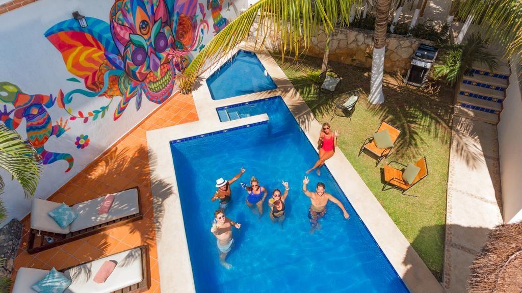 Mezcal Hotel Hostel & Bar - piscina azul vista de cima com pessoas nadando - viajando barato pelo mundo