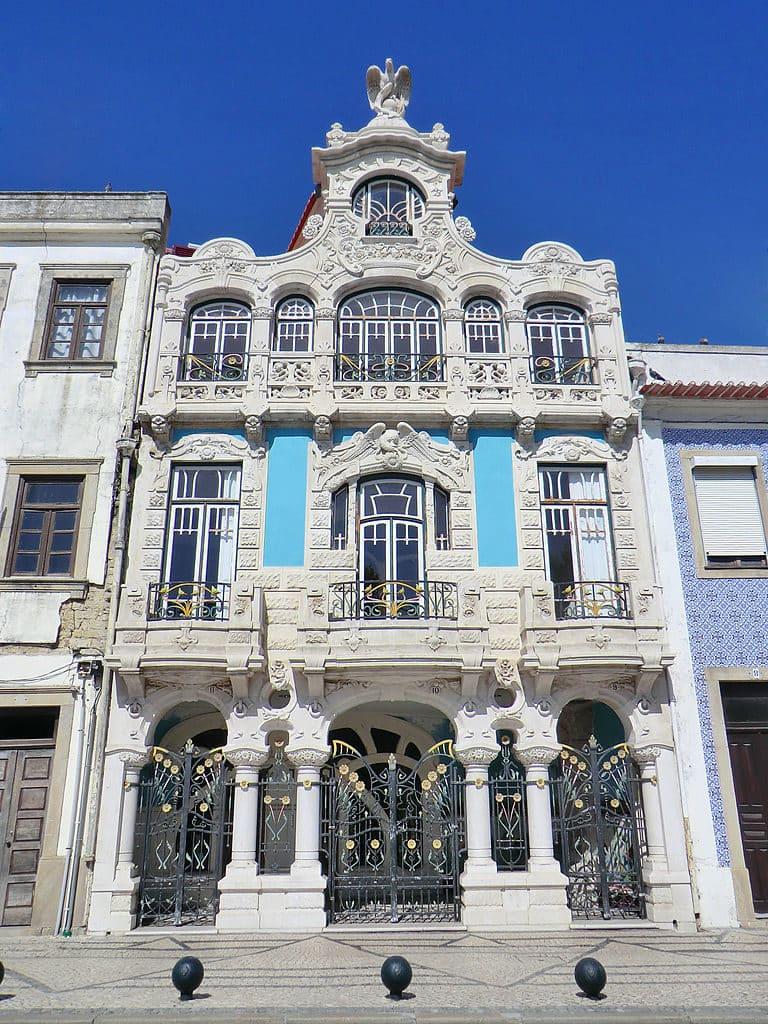 Fachada do edifício Casa do Major Pessoa, onde funciona o Museu Arte Nova de Aveiro. Foto de Alegna13 via Wikimedia.