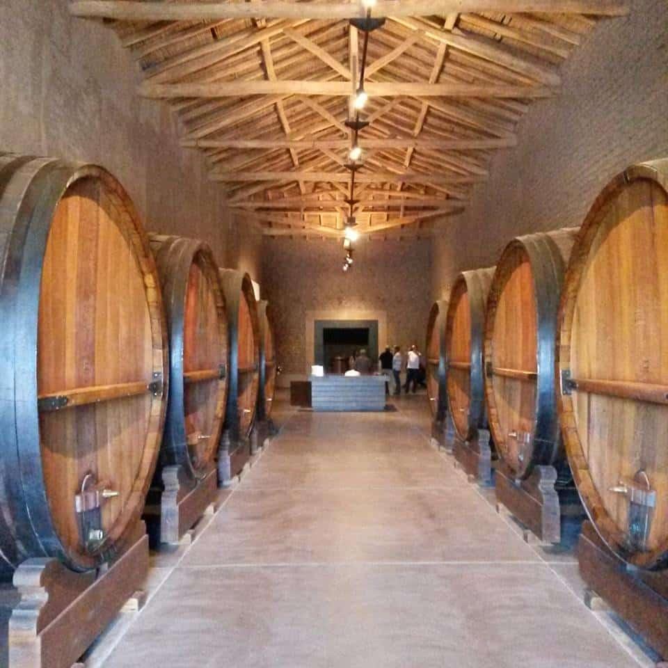 Tonéis de madeira no Museu do Vinho da bodega La Rural, uma das Vinicolas Mendoza. Foto da página oficial da bodega no facebook. Vinicola Mendoza