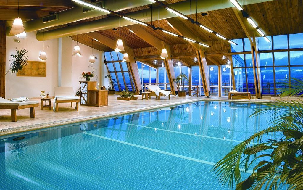 Vista da piscina no NH Bariloche, uma ótima opçao onde ficar no Centro da Cidade - Onde ficar em Bariloche