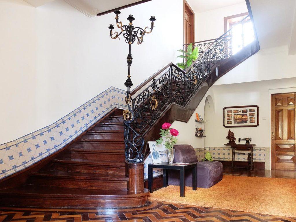Escadaria de madeira do hotel Oc Salon, em Aveiro. Foto de booking.com
