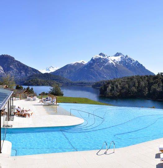 Onde ficar em Bariloche na Argentina - Vista do Resort Llao Llao na piscina