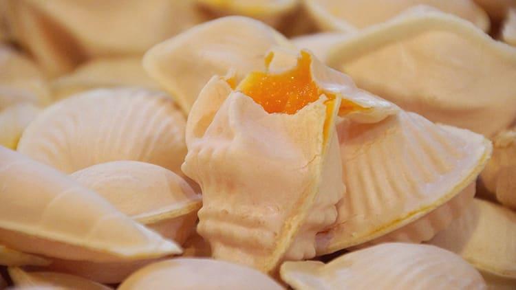 Imagem dos doces chamados Ovos Moles, típicos da cidade de Aveiro, em Portugal. Foto do site turismodocentro.pt