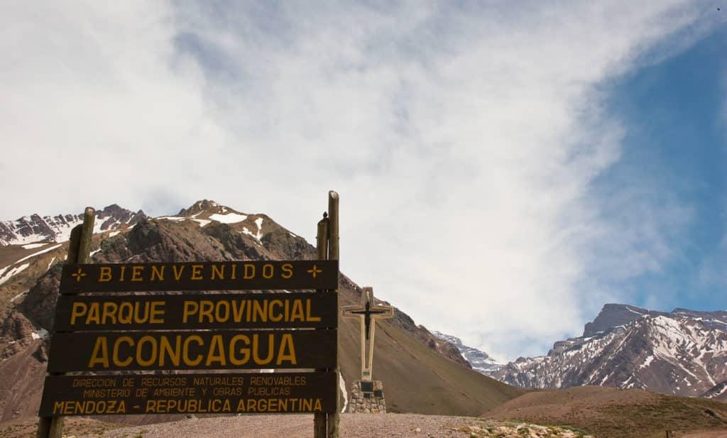 Vista da placa indicativa do Parque Provincial Aconcagua. Foto de Daniella Pereira via Flickr.