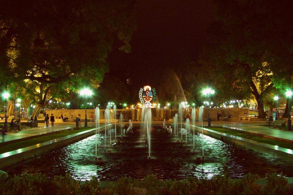 Vista de fonte da Plaza Independencia de Mendoza à noite. Foto de Miguel via Flickr.