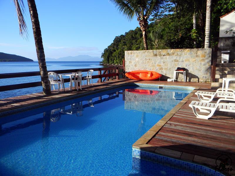 Vista da piscina para a praia na Pousada das Flores em Angra dos Reis