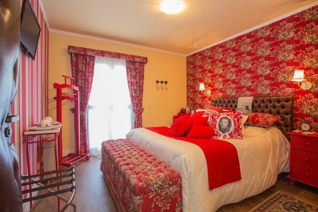 Pousada Jardon em Campos do Jordão - quarto vermelho decorado