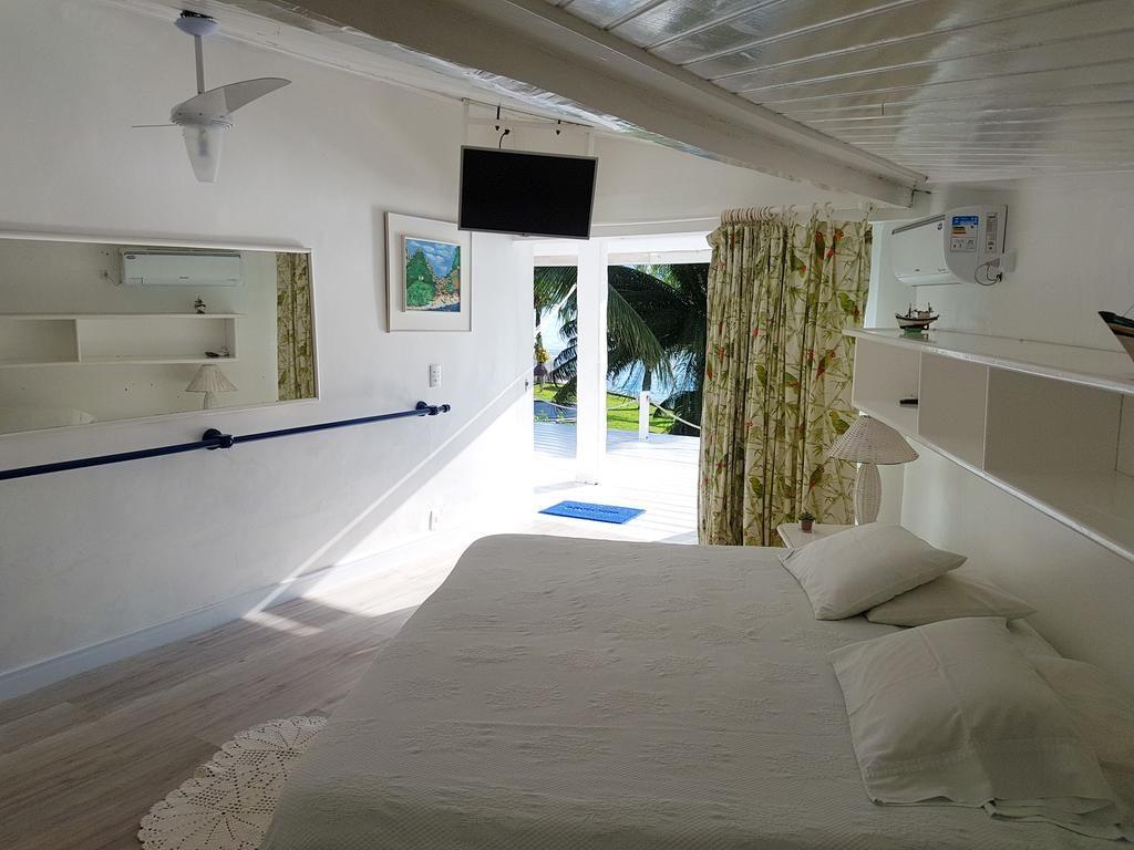 Pousadas em Angra dos Reis - Quarto na Pousada dos Augustos - quarto clean com decoração branca