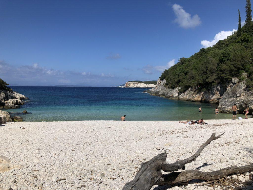 A pequena Praia de Dafnoudi em Kefalonia, Grécia