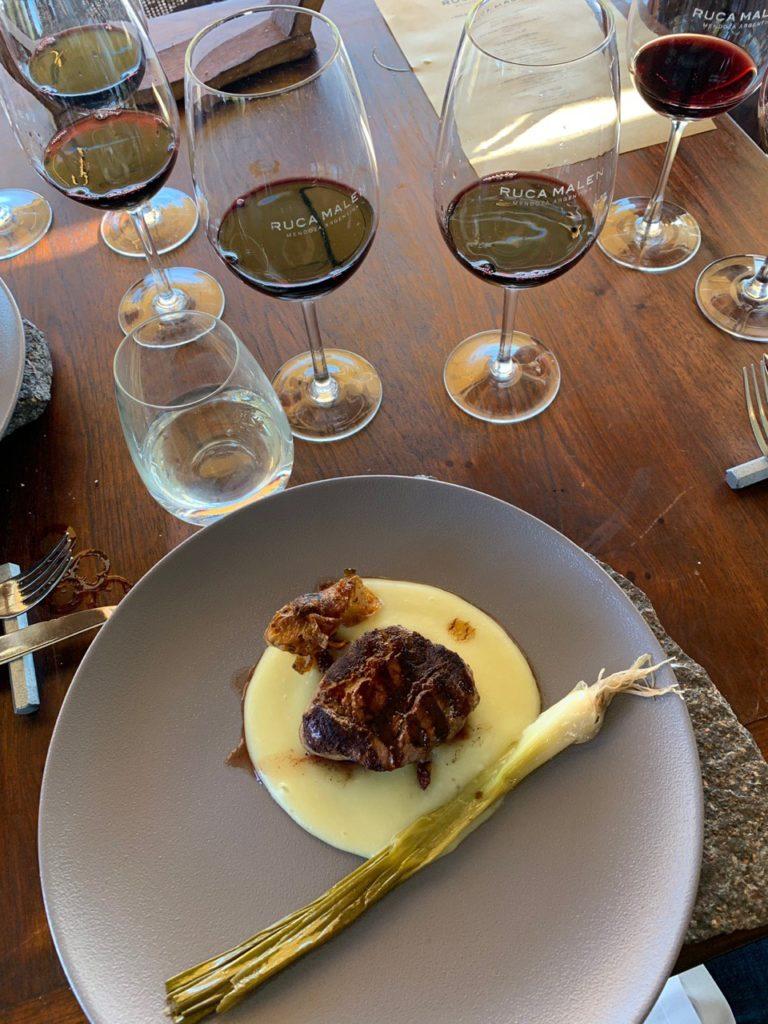 Prato de almoço e taças de vinho na bodega Ruca Malen. Foto: Bruno Tavares.