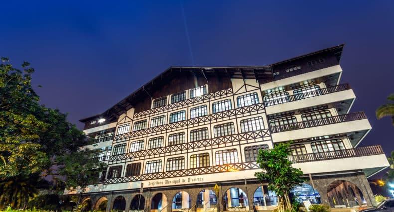 Fachada do prédio da Prefeitura de Blumenau ao anoitecer. Foto de Marcelo Campi via Flickr