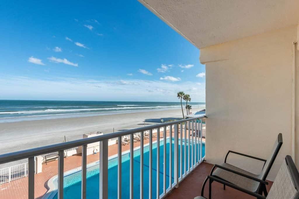 Vista do Quality Inn Daytona Beach, da sacada ve-se o mar azul e a piscina do hotel - viajando barato pelo mundo