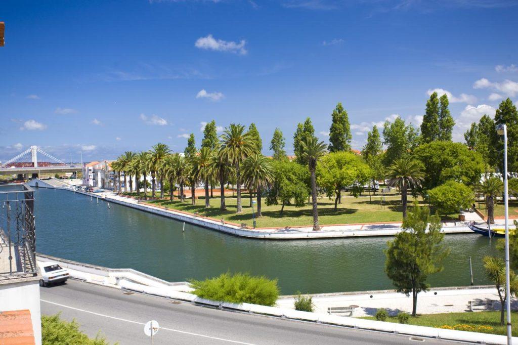 Vista do rio pelo Hotel das Salinas, em Aveiro. Foto de booking.co,