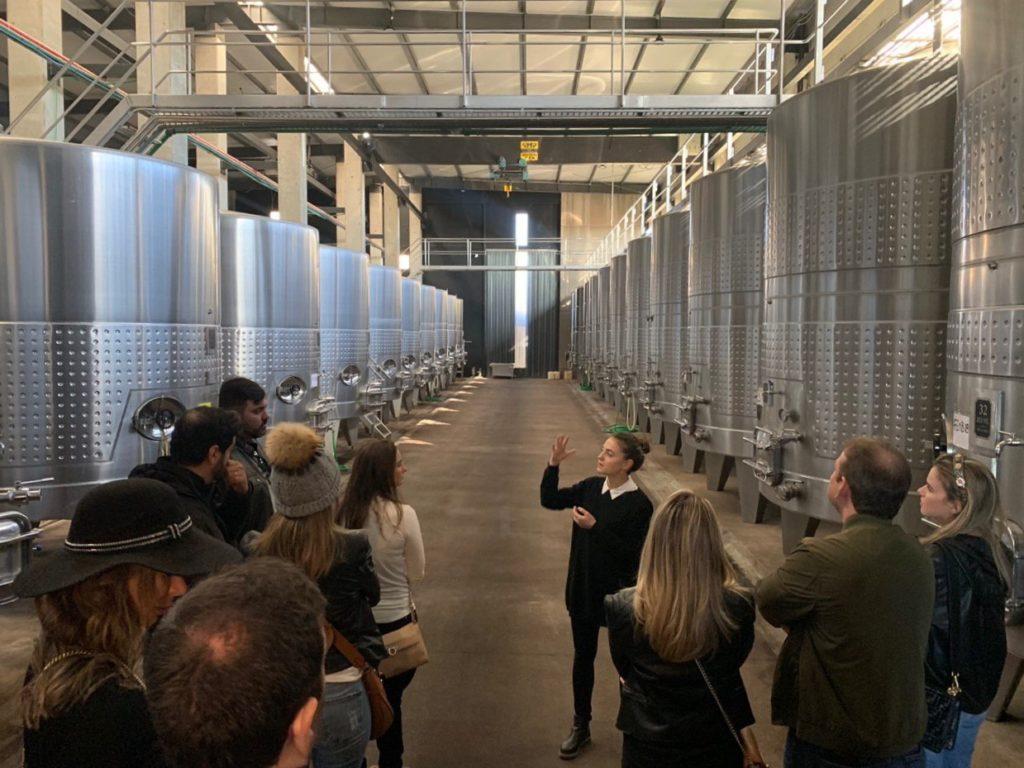 Vista dos tonéis de metal para vinho na vinícola Viña Cobos. Foto: Bruno Tavares do Dicas de Viagem.