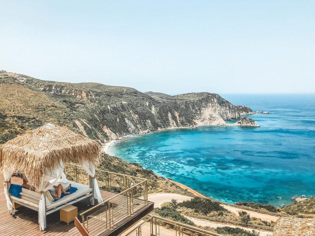 Vista do Petani Bay Hotel para a praia de Petani Bay em Kefalonia, Grécia