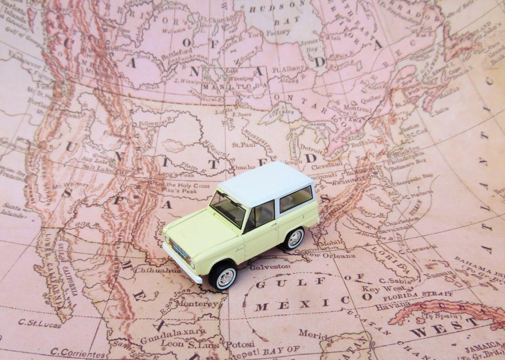 Carro sobre mapa dos Estados Unidos no post sobre aluguel de carro em Las Vegas