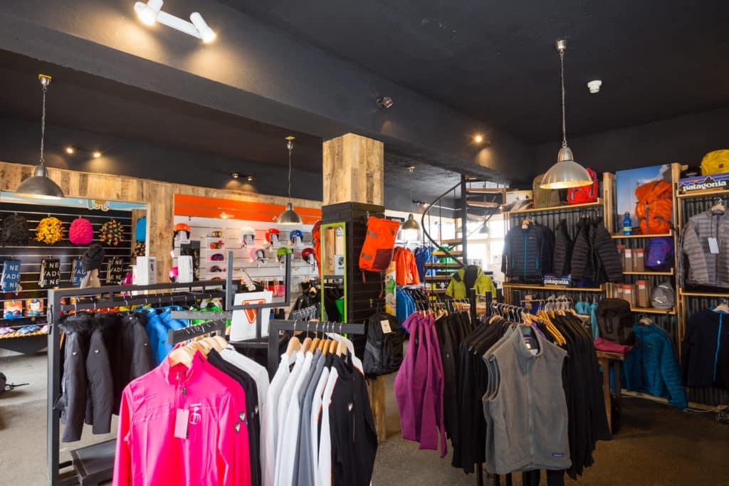Loja de aluguel de roupas no Valle Nevado, com diversas opções de itens. Foto do site oficial Valle Nevado.