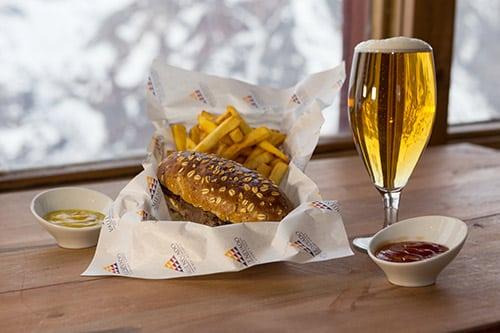 Taça com cerveja e lanche do restaurante Bajo Zero, de onde comer no Valle Nevado. Foto de Bruno Tavares