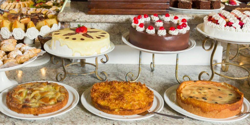 Imagem com diversos tipos de bolos e tortas doces do Café Glória Blumenau. Foto da página do Facebook do próprio estabelecimento.