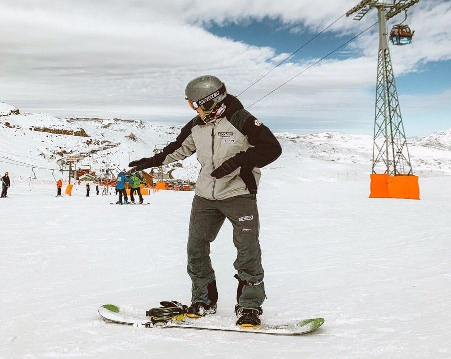 Na imagem vemos Bruno Tavares praticando Snowboard no Valle Nevado.