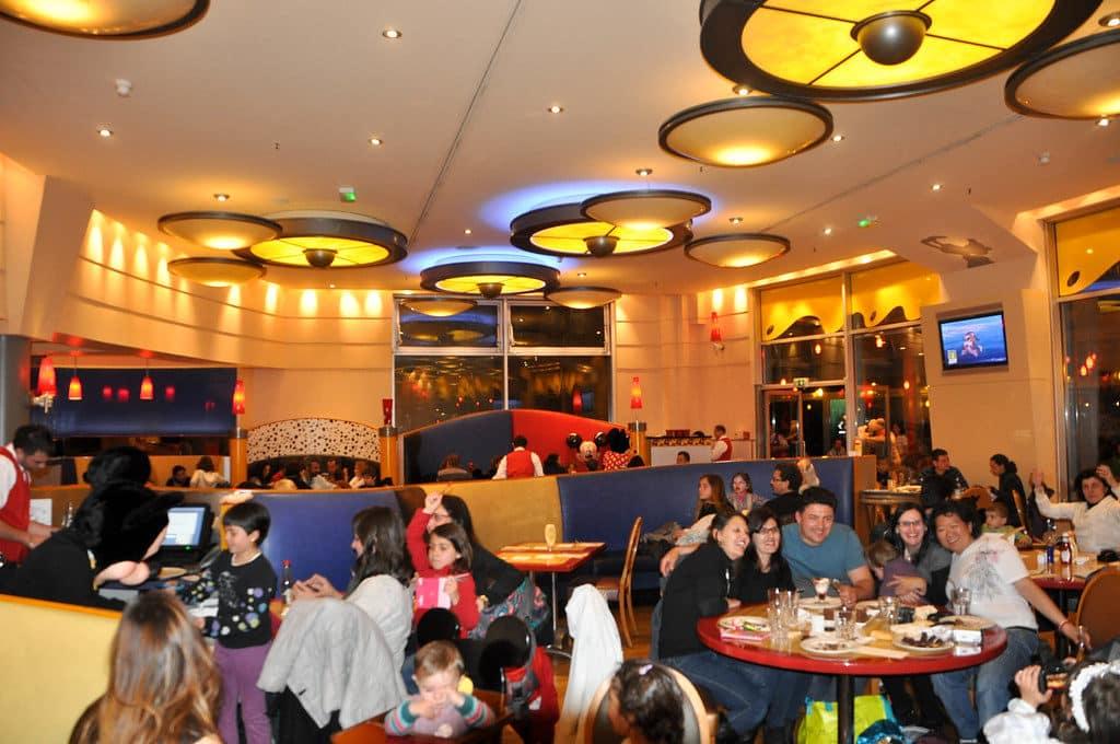 O Café Mickey, onde acontece o jantar com personagens.