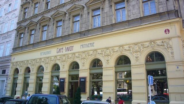 Faixada do café savoy em Viena (o que fazer em Viena), faixada amarelo clara com o nome do café escrito em vermelho e verde