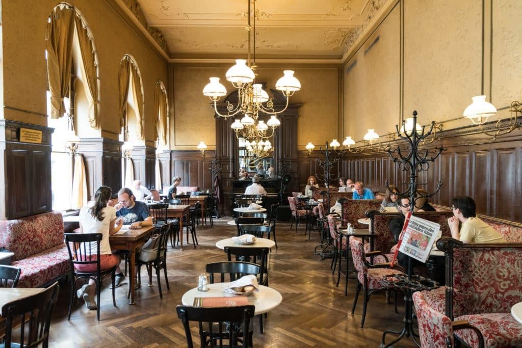 Mesas e cadeiras no interior do Café Sperl, em Viena.