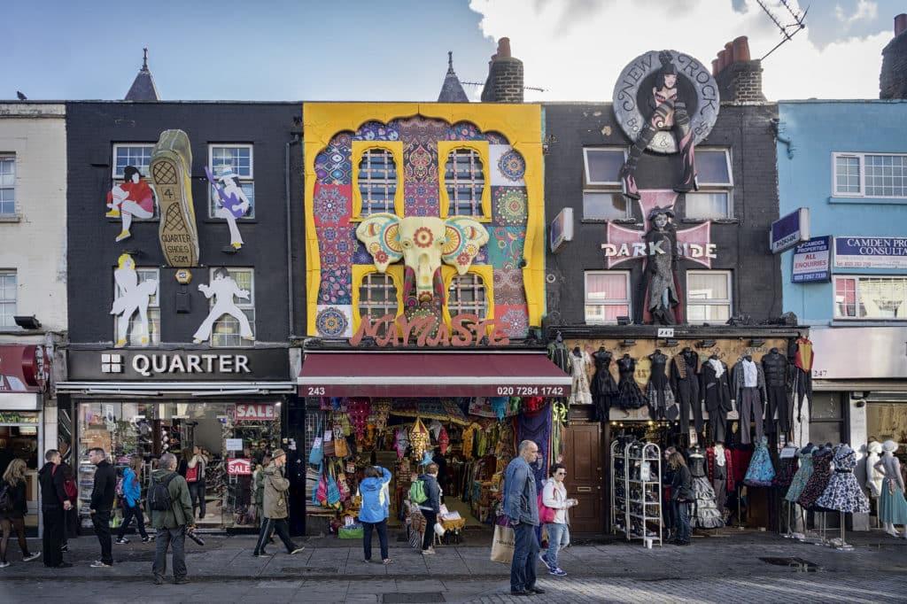 Um dos pontos turísticos de Londres e áreas mais descoladas, a Camden Town com lojas coloridas e diferentes. Foto de Radek Kołakowski via Flickr
