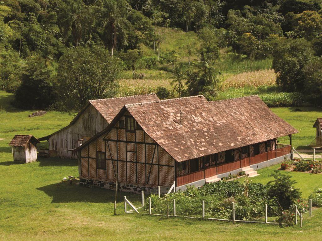 Vista de casinha em estilo enxaimel, em área rural de Blumenau, na Vila Itoupava. Foto do site Turismo Blumenau.