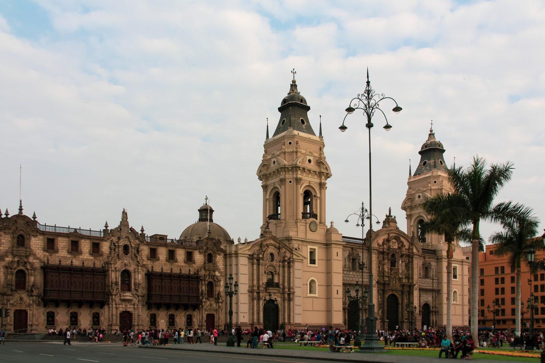 Centro histórico de lima com prédio antigo.
