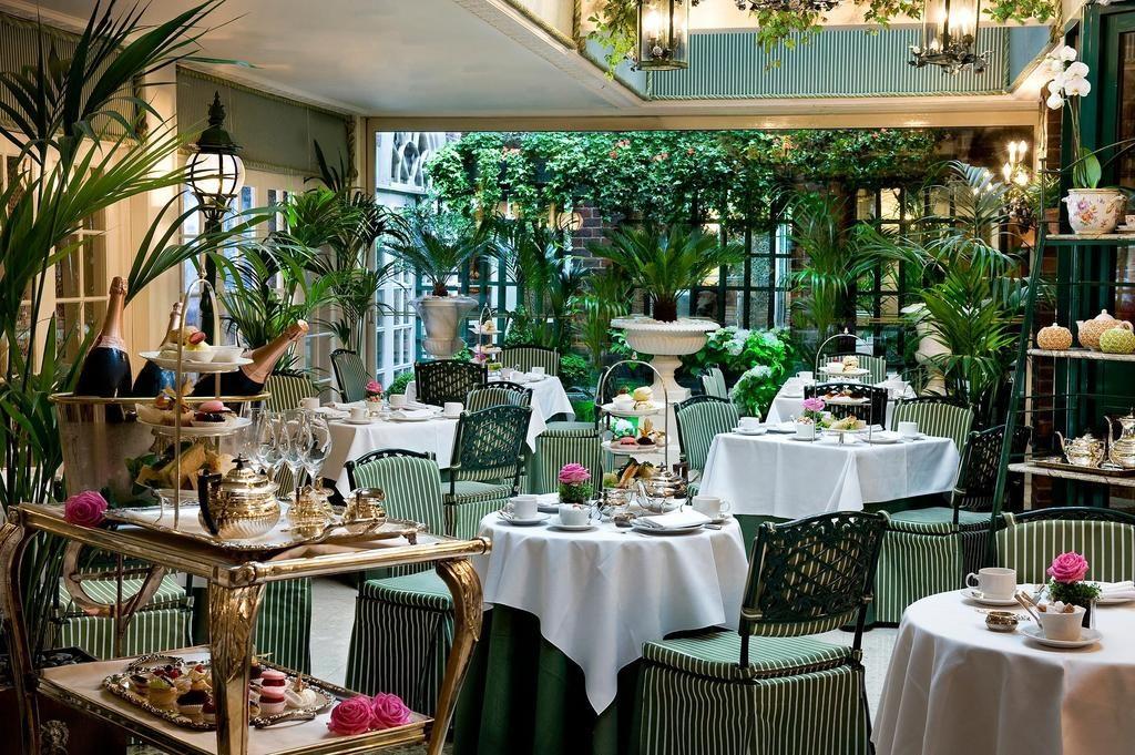 Foto do Restaurante Butler's, no hotel The Chesterfield Mayfair, com mesas e cadeiras dispostas para o famoso chá da tarde britânico. Foto de Booking.com