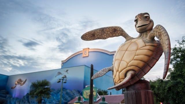 A tartaruga Crush em frente a sua montanha russa na Disneyland Paris - atração exclusiva