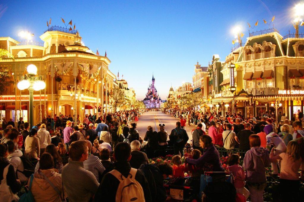 A Main Street na Disneyland Paris com o Castelo da Bela Adormecida ao fundo