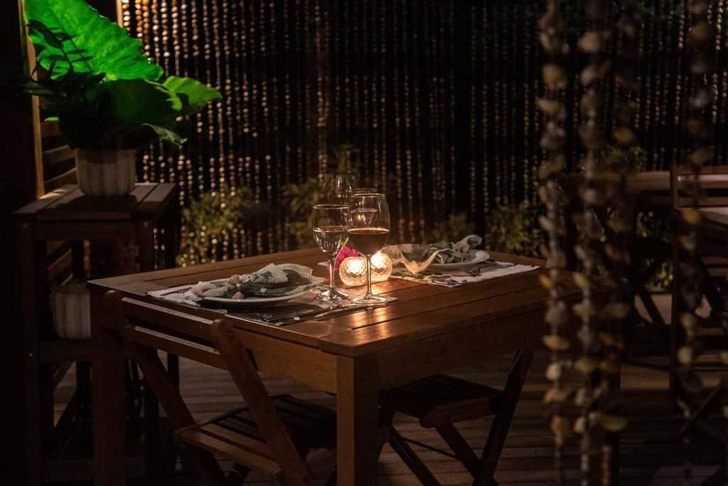 Mesa com duas taças no restaurante do Hotel Dolphin