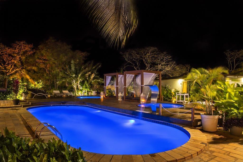Piscina do Dolphin Hotel iluminada à noite