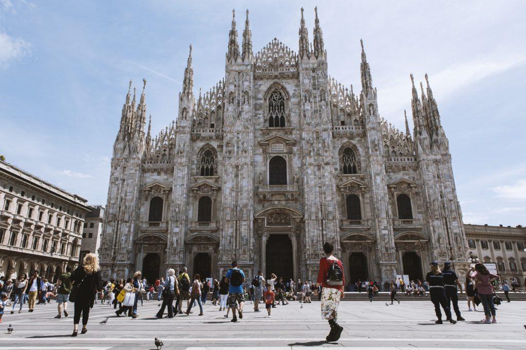 Duomo di Milano - igreja em estilo gótico em Milão com vários turistas na frente. O que fazer em Milão.
