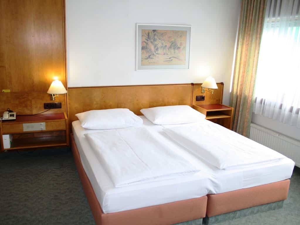 Foto de quarto com cama de casal do Hotel Ekazent Schönbrunn, hospedagem econômica onde ficar em Viena.